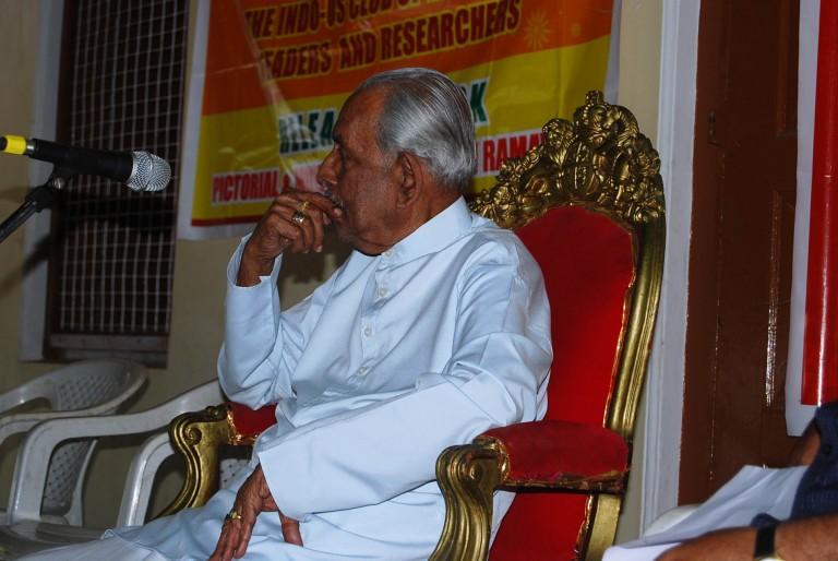 Maharaja speaks to the audience